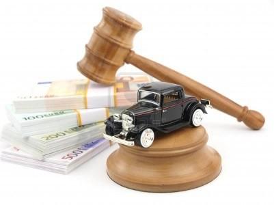 9102707-subasta-de-martillo-con-coches-antiguas-y-dinero